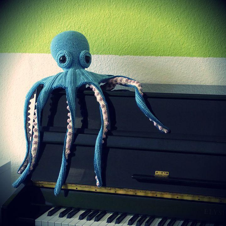 Claude der Kraken auf dem Klavier